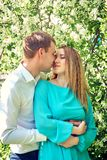 Jeunes couples heureux dans l'amour dehors Photos libres de droits