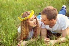 Jeunes couples heureux dans l'amour dehors Photo stock