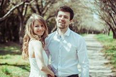 Jeunes couples heureux dans l'amour dehors l'homme et la femme affectueux sur une promenade au ressort se garent Photo libre de droits