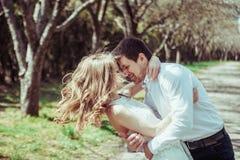 Jeunes couples heureux dans l'amour dehors l'homme et la femme affectueux sur une promenade au ressort se garent Image libre de droits