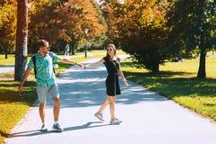Jeunes couples heureux dans l'amour dehors Temps d'automne en Europe Photos libres de droits