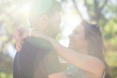 Jeunes couples heureux dans l'amour embrassant au soleil Photographie stock libre de droits
