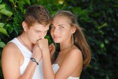 Jeunes couples heureux dans l'amour en stationnement Image stock