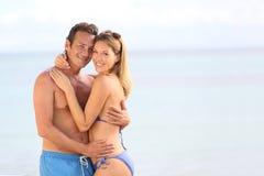 Jeunes couples heureux dans l'amour en vacances sur le bord de la mer Photographie stock