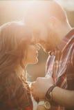 Jeunes couples heureux dans l'amour extérieur Images stock