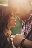 Jeunes couples heureux dans l'amour extérieur Photo stock