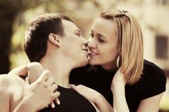 Jeunes couples heureux dans l'amour extérieur Photographie stock