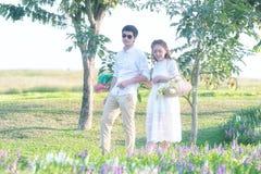 Jeunes couples heureux dans l'amour extérieur au printemps Image stock