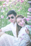 Jeunes couples heureux dans l'amour extérieur au printemps Images stock