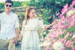Jeunes couples heureux dans l'amour extérieur au printemps Image libre de droits