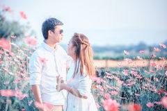 Jeunes couples heureux dans l'amour extérieur au printemps Photographie stock