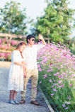 Jeunes couples heureux dans l'amour extérieur au printemps Photographie stock libre de droits