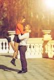 Jeunes couples heureux dans l'amour dans le manoir en automne Photo stock