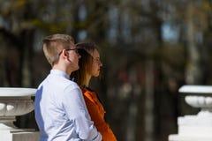 Jeunes couples heureux dans l'amour dans le manoir en automne Photos libres de droits