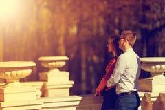Jeunes couples heureux dans l'amour dans le manoir en automne Images stock