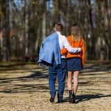 Jeunes couples heureux dans l'amour marchant en parc en automne Image stock