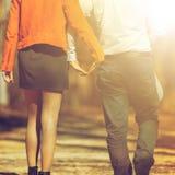 Jeunes couples heureux dans l'amour marchant en parc en automne Photographie stock libre de droits