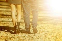 Jeunes couples heureux dans l'amour marchant en parc en automne Photos libres de droits