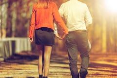 Jeunes couples heureux dans l'amour marchant en parc en automne Images libres de droits