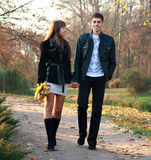 Jeunes couples heureux dans l'amour marchant en stationnement Images libres de droits