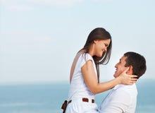 Jeunes couples heureux dans l'amour par la mer dans le jour d'été Image libre de droits