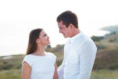 Jeunes couples heureux dans l'amour par la mer dans le jour d'été Photo libre de droits