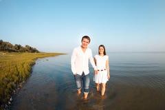 Jeunes couples heureux dans l'amour par la mer dans le jour d'été Photographie stock