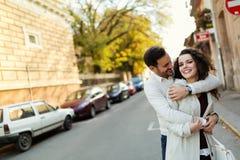 Jeunes couples heureux dans l'amour passant le temps ensemble Photographie stock libre de droits