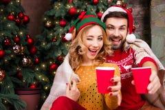 Jeunes couples heureux dans l'amour pendant des vacances de Joyeux Noël et de bonne année image stock