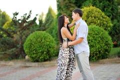 Jeunes couples heureux dans l'amour - portrait extérieur Images libres de droits