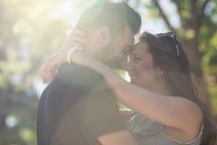 Jeunes couples heureux dans l'amour se penchant sur l'un l'autre principal dans le sunligh Image libre de droits