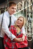 Jeunes couples heureux dans l'amour sur l'oscillation Photographie stock