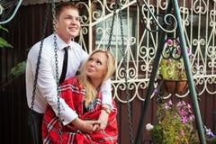 Jeunes couples heureux dans l'amour sur l'oscillation Photographie stock libre de droits
