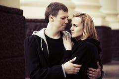 Jeunes couples heureux dans l'amour sur la rue de ville Image libre de droits