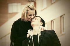 Jeunes couples heureux dans l'amour sur la rue de ville Photo libre de droits
