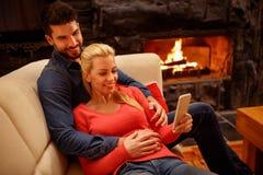 Jeunes couples heureux dans l'amour utilisant le téléphone portable ensemble Photos libres de droits
