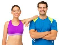 Jeunes couples heureux dans l'usage de sports photos libres de droits