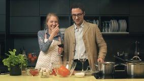 Jeunes couples heureux dans la cuisine banque de vidéos