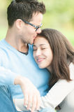 Jeunes couples heureux dans la détente d'amour extérieure. Photo stock