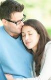 Jeunes couples heureux dans la détente d'amour extérieure. Image stock