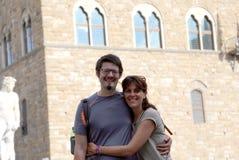 Jeunes couples heureux dans la lune de miel dans la ville d'art de FLORENCE dedans I Photographie stock