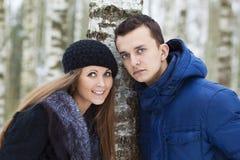 Jeunes couples heureux dans le domaine de l'hiver photos libres de droits