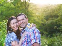 Jeunes couples heureux dans le jour d'amour au printemps Image stock