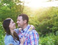 Jeunes couples heureux dans le jour d'amour au printemps Photo libre de droits
