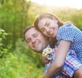 Jeunes couples heureux dans le jour d'amour au printemps Photo stock