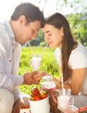 Jeunes couples heureux dans le jour d'amour au printemps. Dehors portrait Image stock