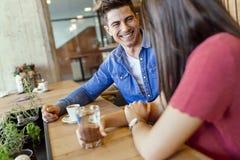 Jeunes couples heureux dans le restaurant photo libre de droits