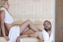 Jeunes couples heureux dans le sauna Photos stock