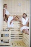 Jeunes couples heureux dans le sauna Image stock