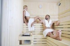 Jeunes couples heureux dans le sauna Photos libres de droits